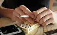 Мужчина держит в руках сигарету. Архивное фото