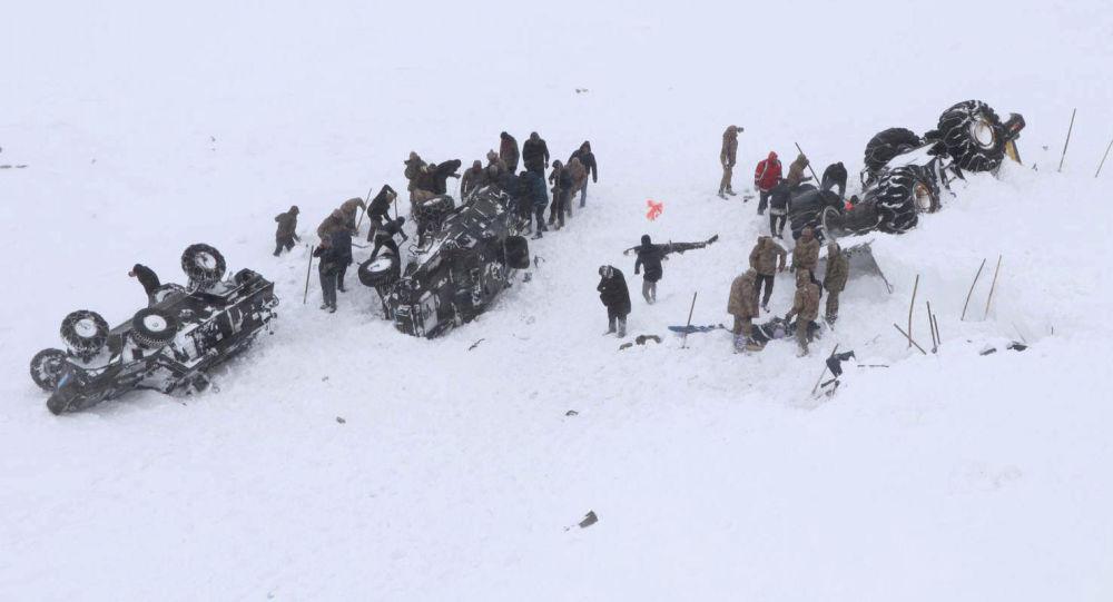 Турецкие солдаты и местные жители пытаются спасти людей, попавших под лавину в Бахчесарае в провинции Ван. Турция, 5 февраля 2020 года