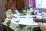 Сотрудник службы переписи населенияв проводит перепись в селе Чемал.