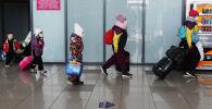 Аэропорттогу туристтер. Архивдик сүрөт