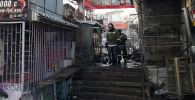 Сотрудники МЧС на место пожара в одном из контейнеров на Ошском рынке
