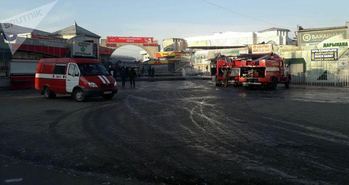 Пожарная машина министерства чрезвычайного ситуаций КР на место пожара на Ошском рынке