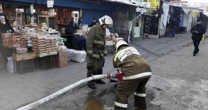Сотрудники МЧС на место пожара на Ошском рынке
