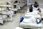 Медицинские работники в защитных костюмах обслуживают пациентов в Международном выставочном центре Ухань, который был преобразован в импровизированную больницу для приема пациентов с легкими симптомами, вызванными новым коронавирусом. Провинция Хубэй, Китай, 5 февраля 2020 года