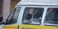 Маршрутка с пассажирами во время снегопада на улице Грозного.