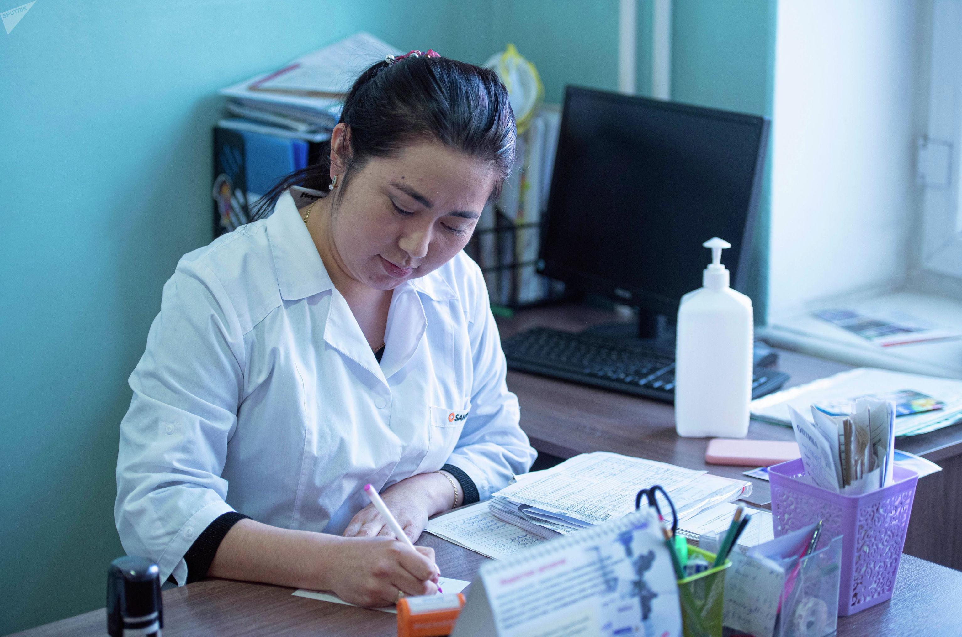 Детский невропатолог Жазгуль Абдыраимова в рабочем кабинете