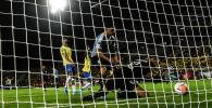 Вратарь молодежной сборной Уругвая Игнасио де Арруабаррена пропускает гол в свои ворота во время матча со сборной Бразилией в Колумбии. 6 февраля 2020 года