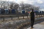 Грузовики в очереди на пересечении границы. Архивное фото