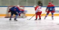 В Сочи президенты России и Беларуси сыграли в хоккей. В игре приняли участие сотрудники служб безопасности обеих стран и сын Лукашенко Николай.