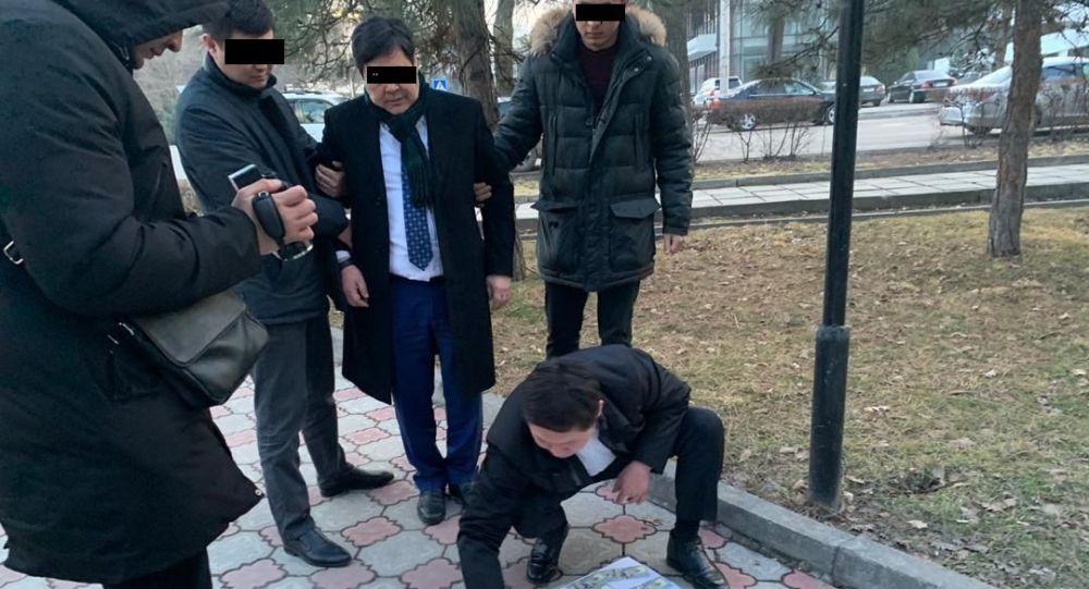 В Кыргызстане задержан заместитель министра транспорта Жениш Ногойбаев и директор Госагентства автомобильного, водного транспорта и весогабаритного контроля Анарбек Бексуратов