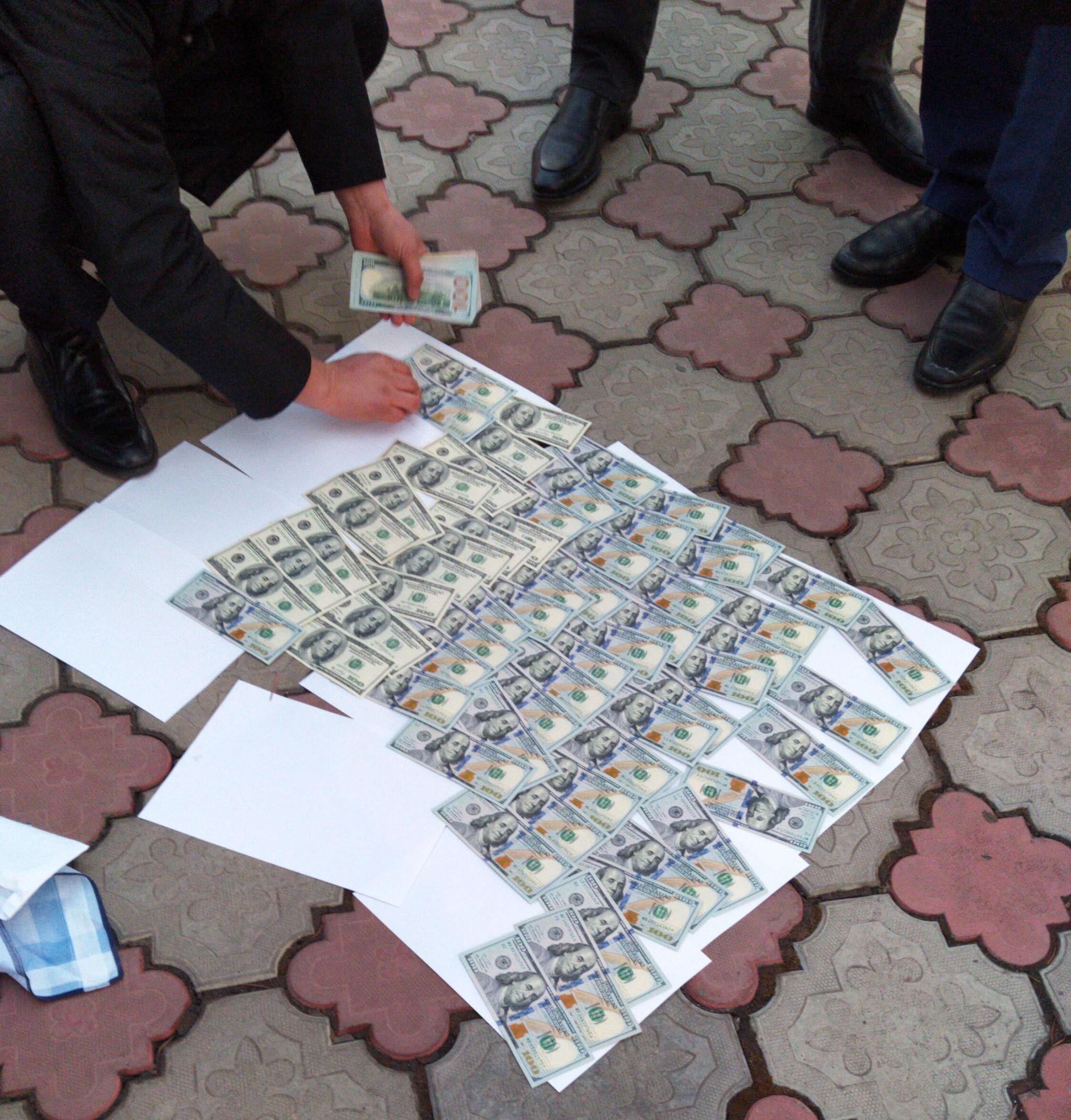 Заместителя министра задержали с поличным при даче взятки в 10 тысяч долларов сотруднику Антикоррупционной службы ГКНБ.