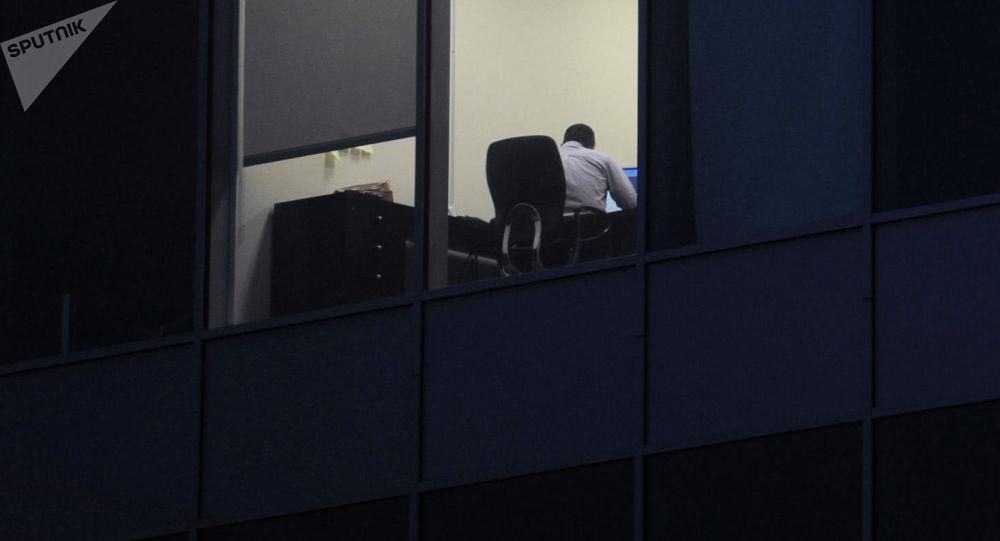 Мужчина в офисе во время работы. Архивное фото