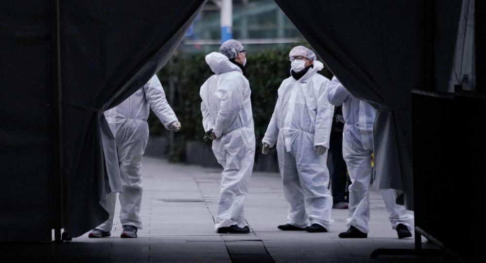 Сотрудники, одетые в защитные маски, замечены на железнодорожной станции Шанхая в Китай. 7 февраля 2020 года
