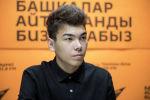 Визажист Байнур Куштарбеков во время беседы на радио Sputnik