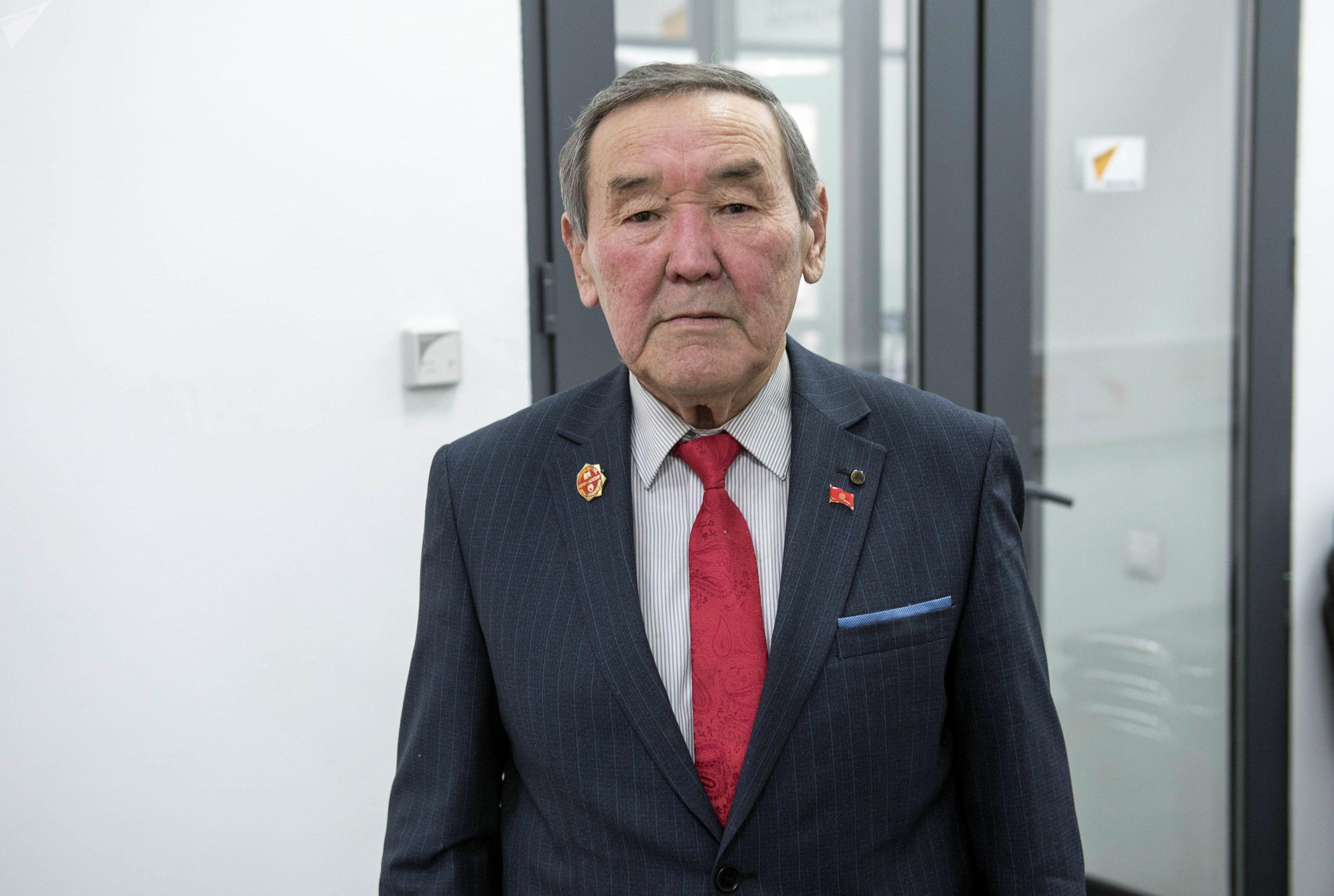 Доктор сельскохозяйственных наук, профессор Адашбек Кыдырмаев во время беседы