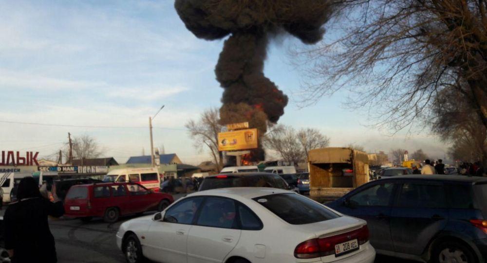 На пересечении проспекта Дэн Сяопина и улицы Алыкулова в Бишкеке горит жилой дом