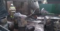 Сотрудники МЧС на месте пожара в жилом доме на пересечении проспекта Дэн Сяопина и улицы Алыкулова в Бишкеке