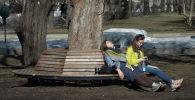 Девушки отдыхают в парке. Архивное фото