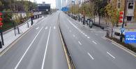 Главная магистраль китайского города остается пустынной — люди предпочитают сидеть дома из-за вспышки коронавируса.