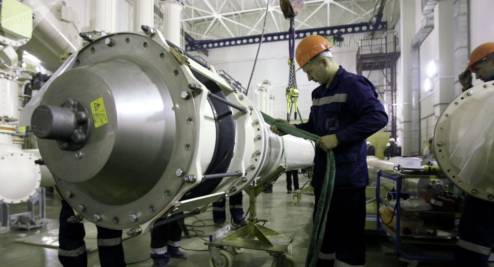 Монтажные работы на комплектном распределительном устройстве с элегазовой изоляцией (КРУЭ) на территории строящейся ГЭС.