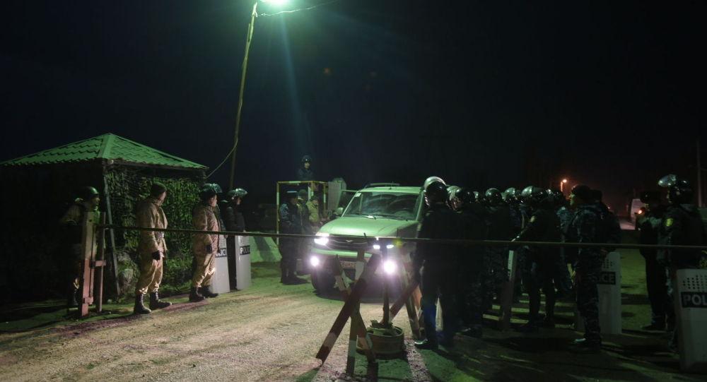 Сотрудники полиции Казахстана близ сел Масанчи и Сортобе, где произошли беспорядки.