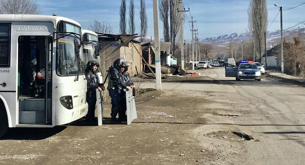 Сотрудники правоохранительных органов Казахстана стоят на страже после беспорядков в приграничных селах Казахстана. 8 февраля 2020 года
