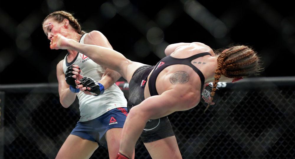 Валентина Шевченко (Кыргызстан) во время боя с Кэтлин Чукагян (США) на UFC 247 в Хьюстоне. 8 февраля 2020 года