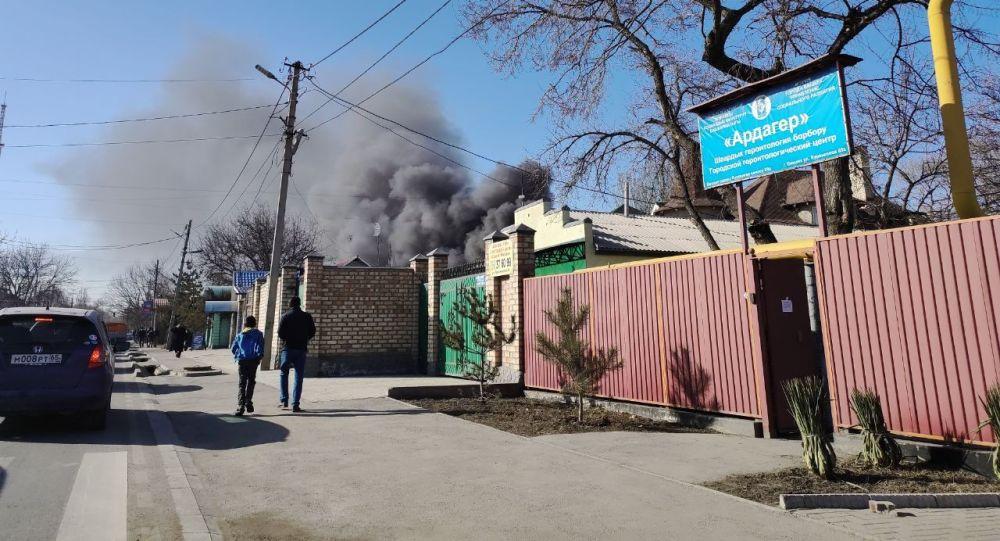 На месте пожар на пересечении улиц Куренкеева и Абдрахманова в Бишкеке