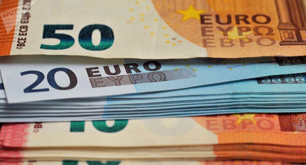 Банкноты номиналом 10 , 20 и 50 евро. Архивное фото