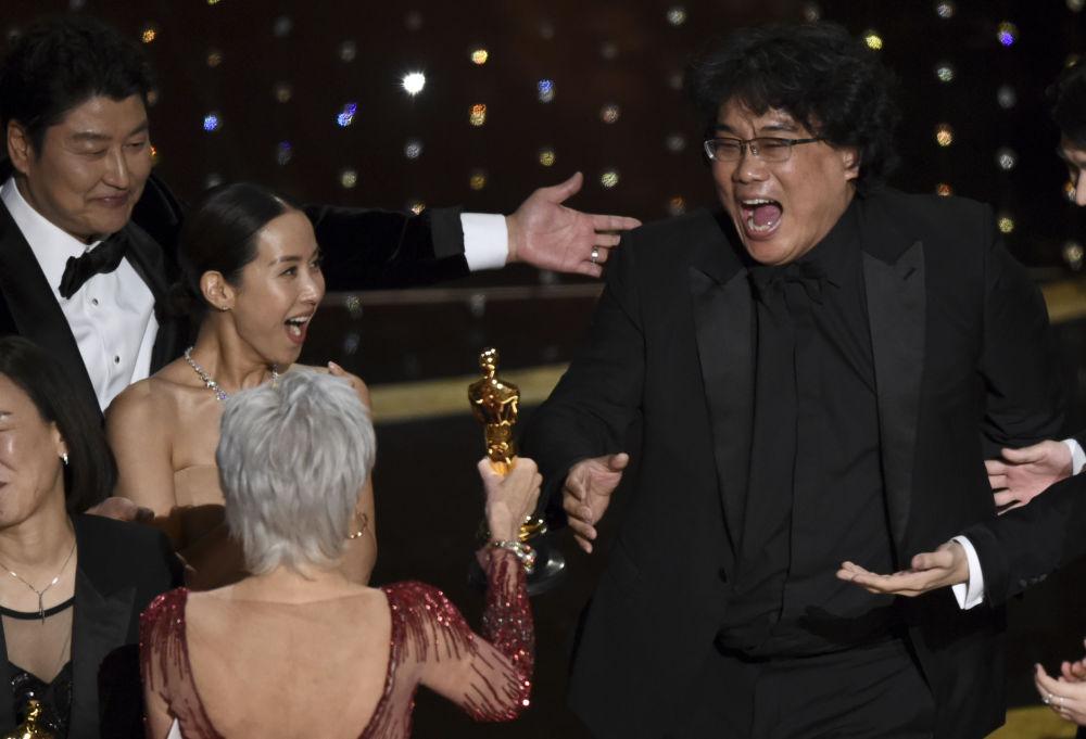 Режиссер Пон Чжун Хо во время получения статуэтки премии Оскар за лучший фильм в Лос-Анджелесе . 9 февраля 2020 года