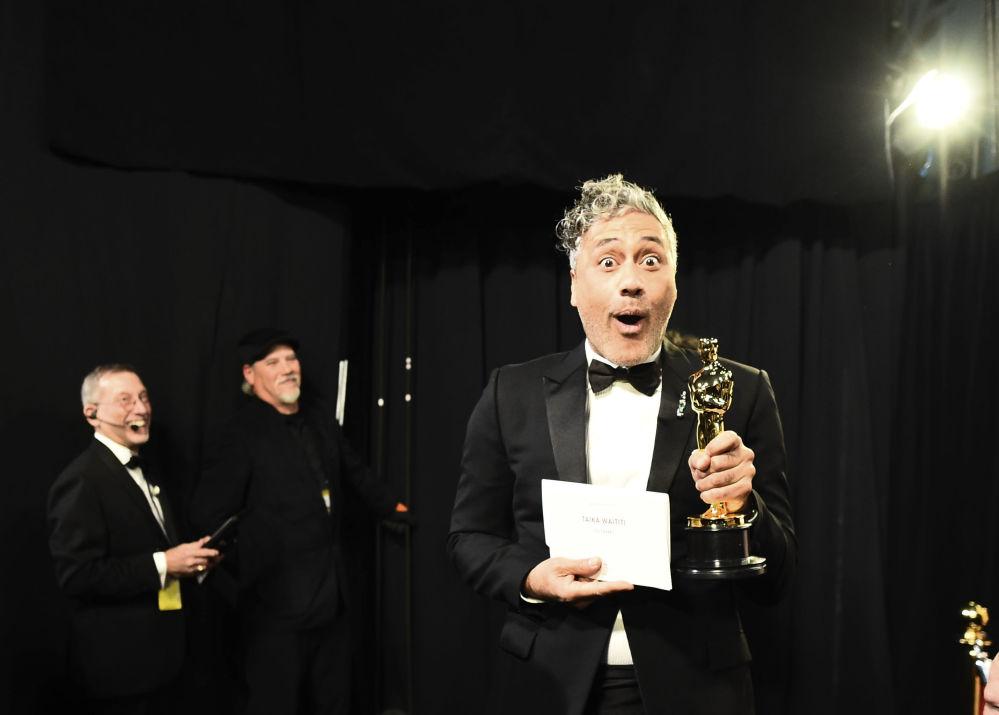 Сценарист Тайка Вайтити с Оскаром за лучший адаптированный сценарий в Голливуде. 9 февраля 2020 года