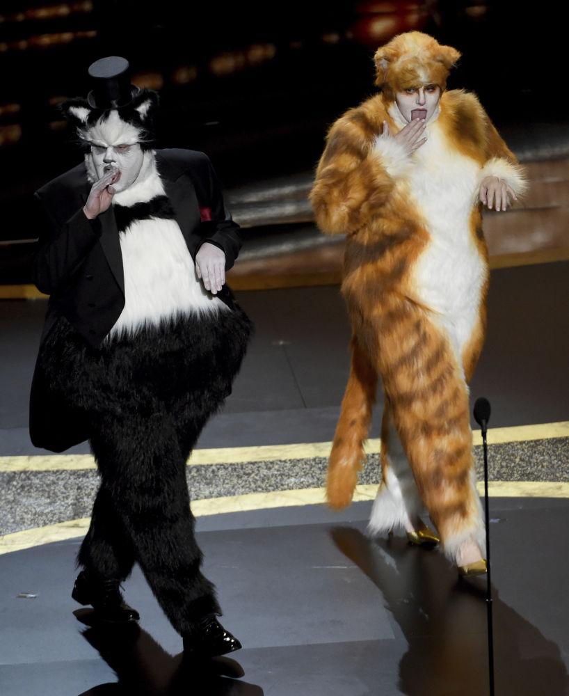 Актеры Джеймс Корден и Ребел Уилсон во время объявления премии за лучшие визуальные эффекты на церемонии вручения премии Оскар 2020 в Лос-Анджелесе. 9 февраля 2020 года