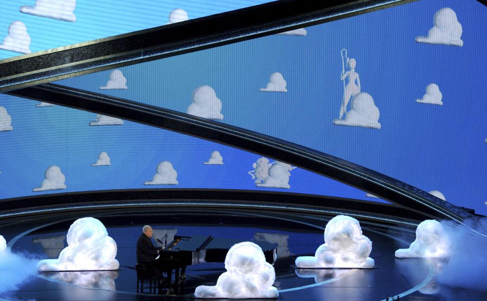 Певец Рэнди Ньюман во время выступления на церемонии вручения премии Оскар 2020 в Лос-Анджелесе. 9 февраля 2020 года