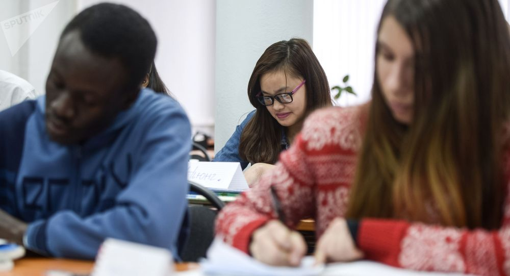 Студенты на занятиях в вузе. Архивное фото