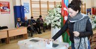 Жительница Баку голосует на парламентских выборах на 4-м избирательном участке 29-го избирательного округа Сабаильского района.