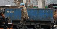 Шахтер проезжает мимо грузовика на угольной шахте Вуек в Катовице, в южной части польского шахтерского региона Силезия. 21 ноября 2018 года