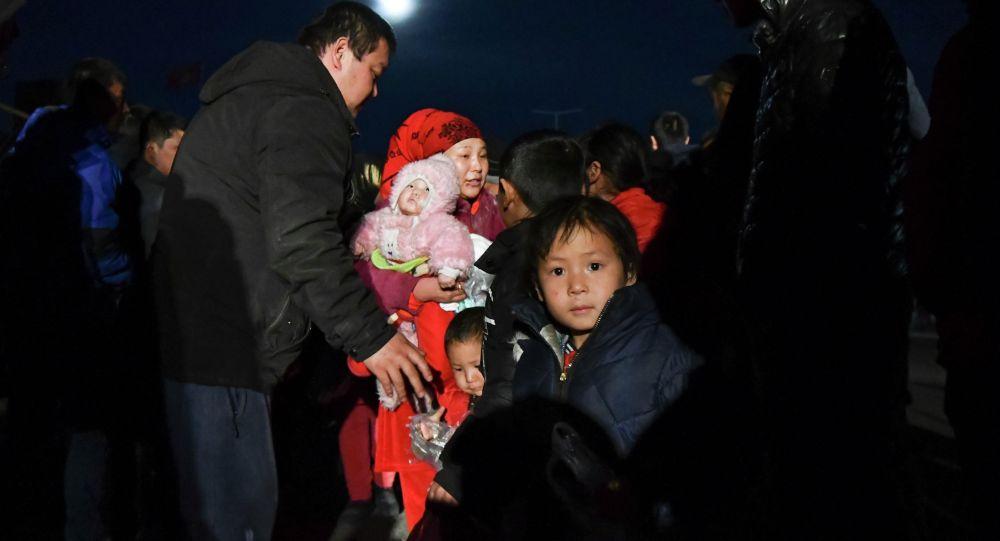 Жители села Масанчи пересекают границу за пределами Токмока в Кыргызстан. Архивное фото