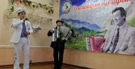 Москва шаарында Кыргызстандын белгилүү обончу жана ырчысы Рыспай Абдыкадыровдун ырларын аткарган таланттар арасында сынак болду.