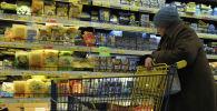 Пожилая женщина в гипермаркете. Архивное фото