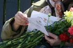 Пожилая женщина с письмом в руках. Архивное фото