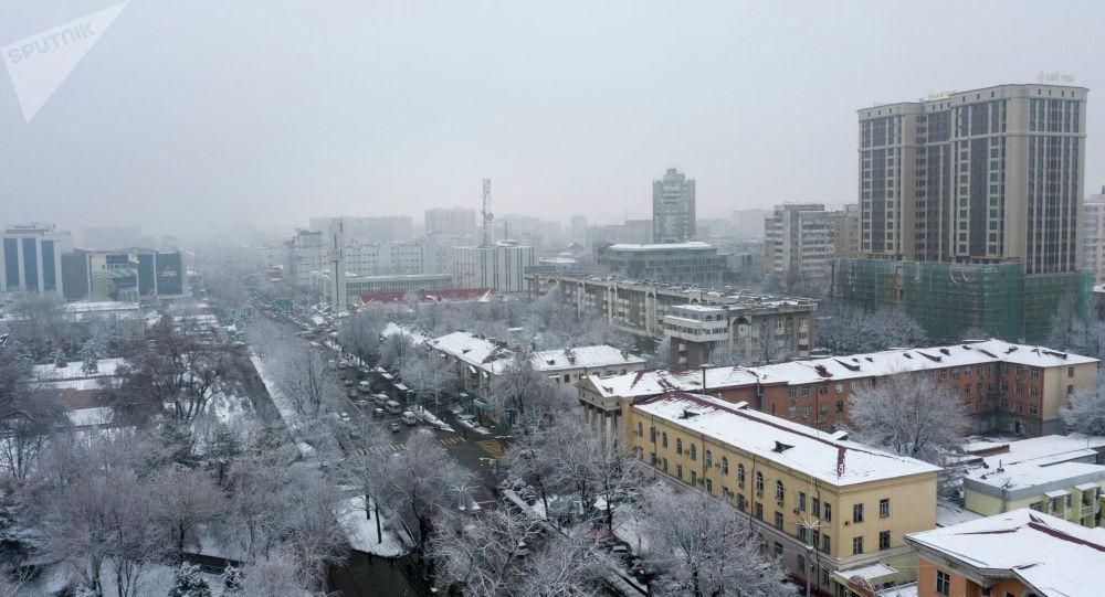 Вид на улицу Чуй в городе Бишкек с высоты после снегопада