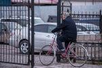 Киши шаарда велосипед тээп бара жарат. Архив