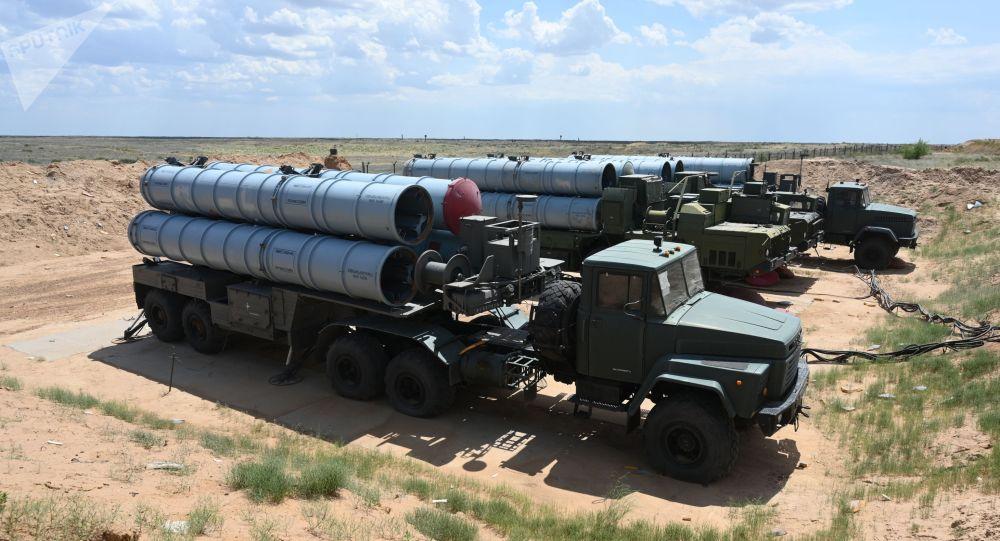 Расчеты зенитных ракетных комплексов (ЗРК) С-300. Архивное фото
