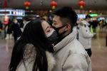 Пекиндеги темир жол вокзалда эки киши коштошуп жатышат. Архив