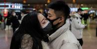 Парень и девушка в защитных масках. Архивное фото