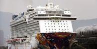 Круизный лайнер World Dream в порту Гонконга