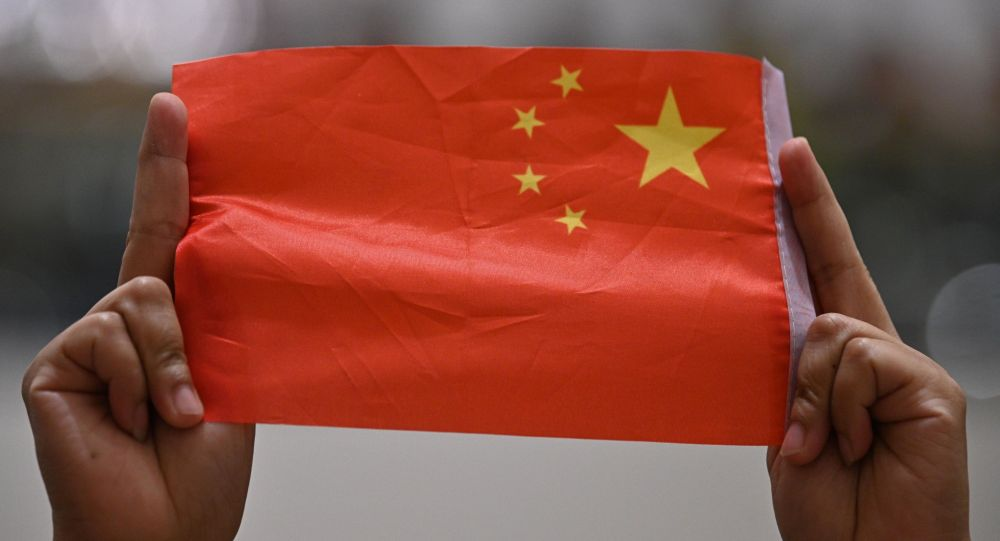Женщина держит флаг Китая. Архивное фото