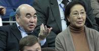 Кыргызстандын тунгуч президенти Аскар Акае жубайы Майрам Акаева менен. Архивдик сүрөт