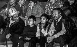 Предприниматель и общественный деятель Табылды Эгембердиев с братом Жумадылом на спортивном мероприятии в Бишкеке. 1998 год. Архивное фото