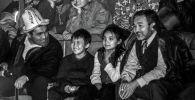 Жеке ишкер жана коомдук ишмер Табылды Эгембердиев иниси Жумадыл Эгембердиевдин балдары менен спорттук иш-чарада күйөрмандык кылып жаткан сүрөтү 1998-жылы Бишкек шаарында тартылган.